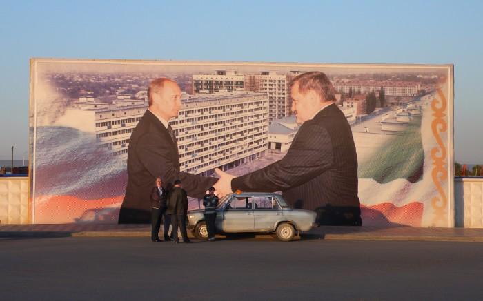 Manifiesto con Vladimir Putin y Akmad Kadyrov en las calles de Grozni