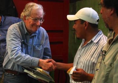 Encuentro de Jorge Albino, vocero del Municipio Autónomo de San Juan Copala, con el lingüista y activista Noam Chomsky. México. Septiembre de 2010