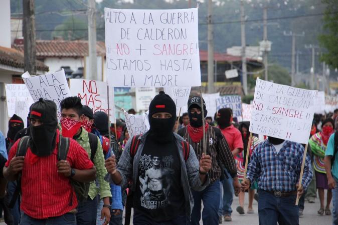 Zapatistas marchando en San Cristóbal de las Casas