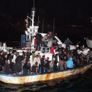 Barcaza con migrantes