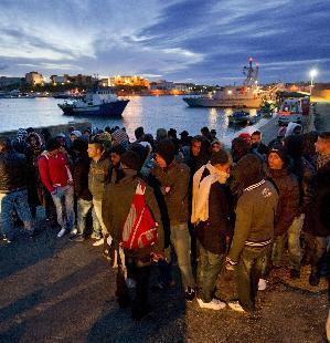 Inmigrantes desmebarcados en Lampedusa