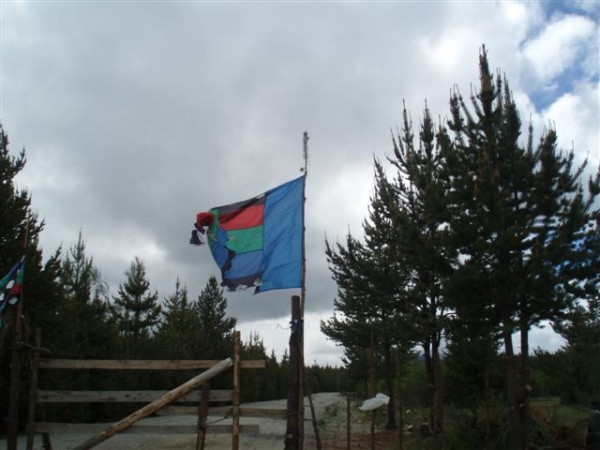 Bandera en la Comunidad Mapuche en resistencia Las Huaytecas