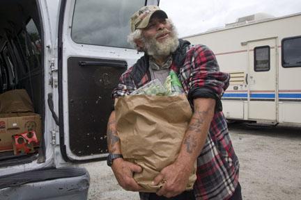 Personas en situación de calle buscan alimento en el banco de comida