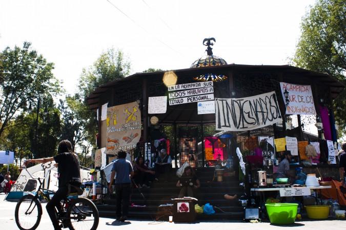 El planton de indignados rodea el kiosco de Coyoacan