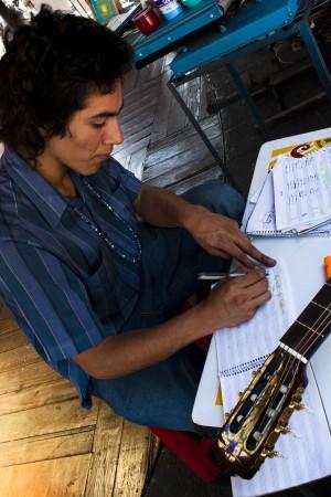 Un militante compone sus canciones mientras comenta con nosotros la situación política del país