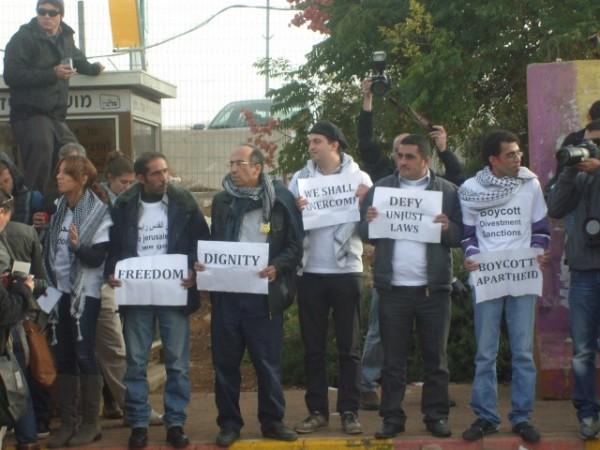 los-6-activistas-esperando-para-abordar-el-autobc3bas-prohibido