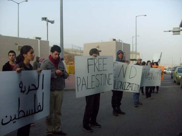 manifestantes-con-carteles-contra-la-ocupacic3b3n-en-el-checkpoint-de-jerusalc3a9n