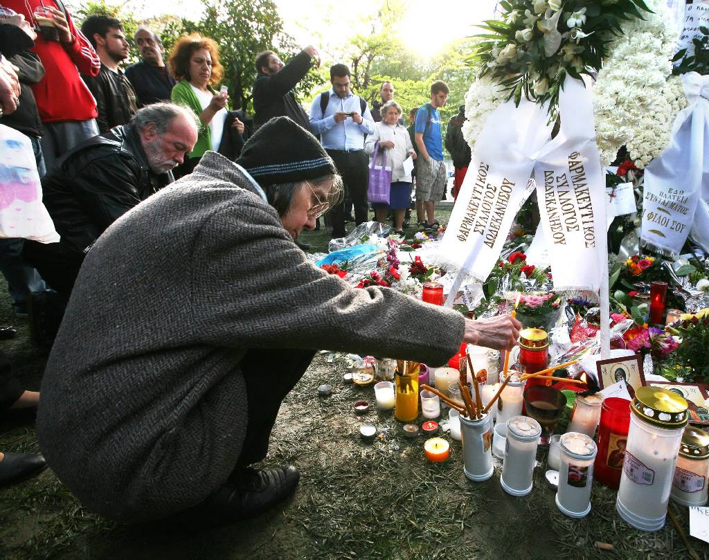 Altar de cartas y flores en el sitio donde se suicidió Dimitris Christulas. Fotos: Ethnos