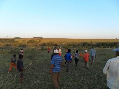 Território Arroio Kora no dia 11 08 2012 às 17 h os membros guarani e kaiowá observam os cartuchos deflagrados contra a vida deles
