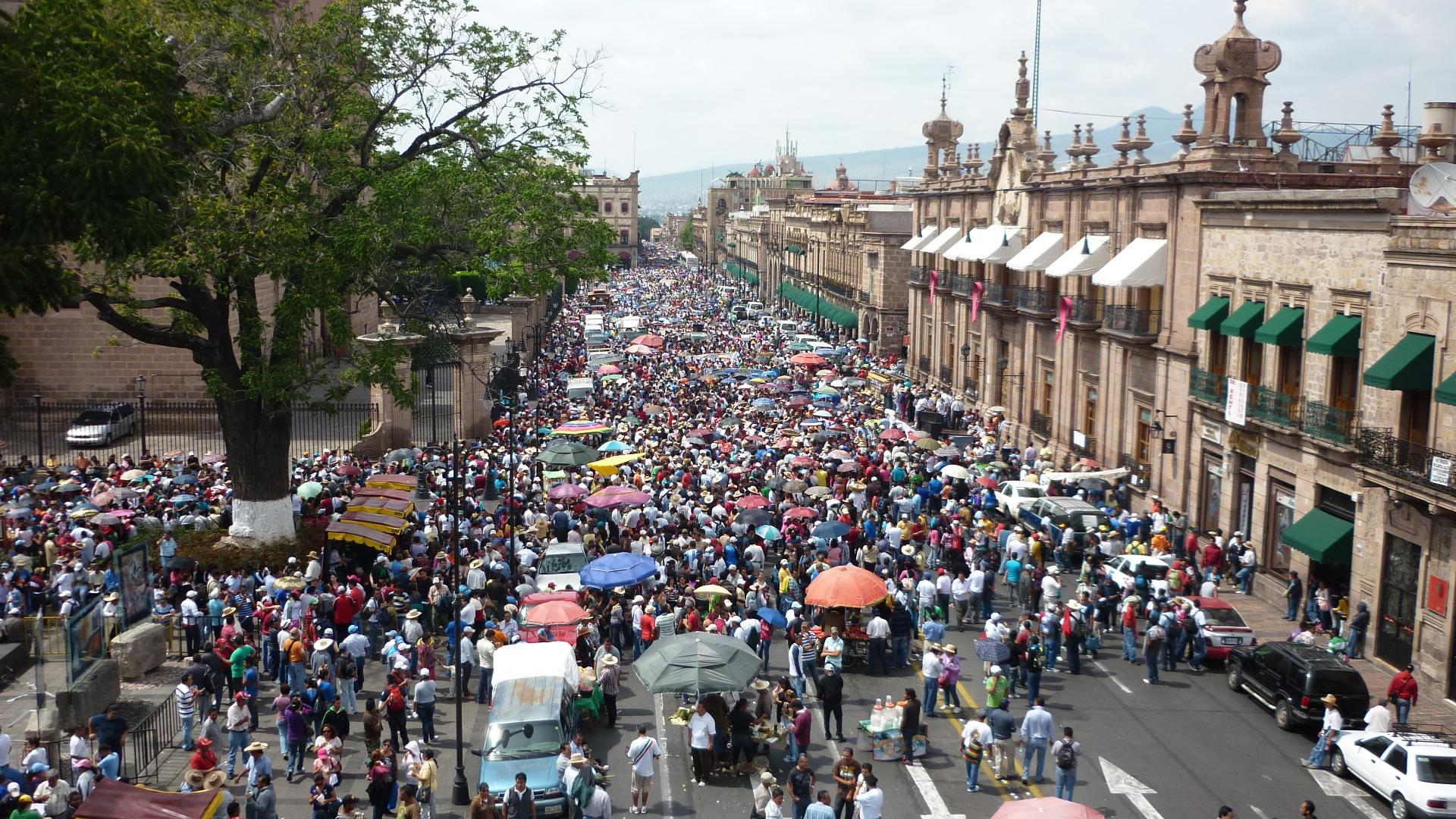 Crece la indignación por represión a normalistas en Michoacán