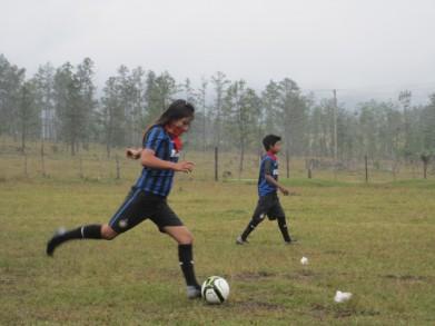 77 futbol niña tira de distancia