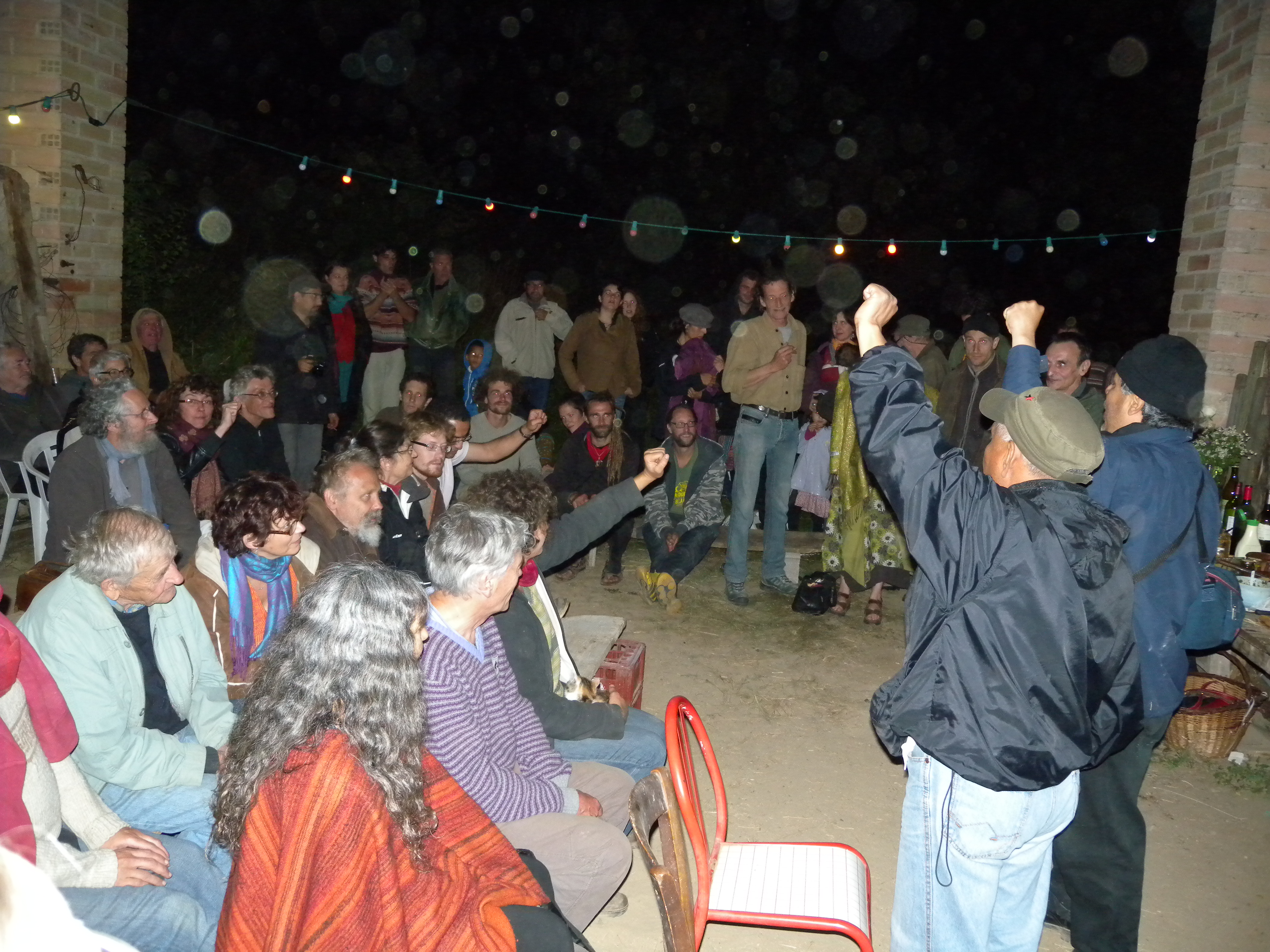 La asamblea de La Fontié, pueblo que recibió a una delegación del FPDT, en 2006, alza las manos en apoyo a la liberación del maestro tzotzil Alberto Patishtán.