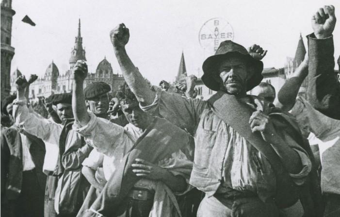1 anarquista trabajadores levantan mano