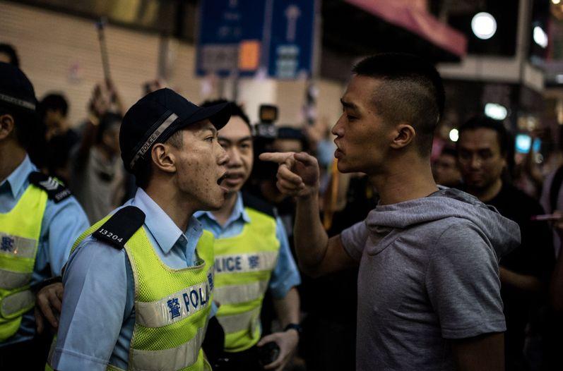 manifestante-policia-protestas-Hong-Kong_LNCIMA20141003_0070_5