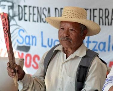 Puebla, Pue. 04-11-2013. Integrantes del Frente de Pueblos en Defensa de la Tierra  el Agua Ixta-Popo, en rueda de prensa. Foto.-Ángel Flores/ esimagen.com.mx!!