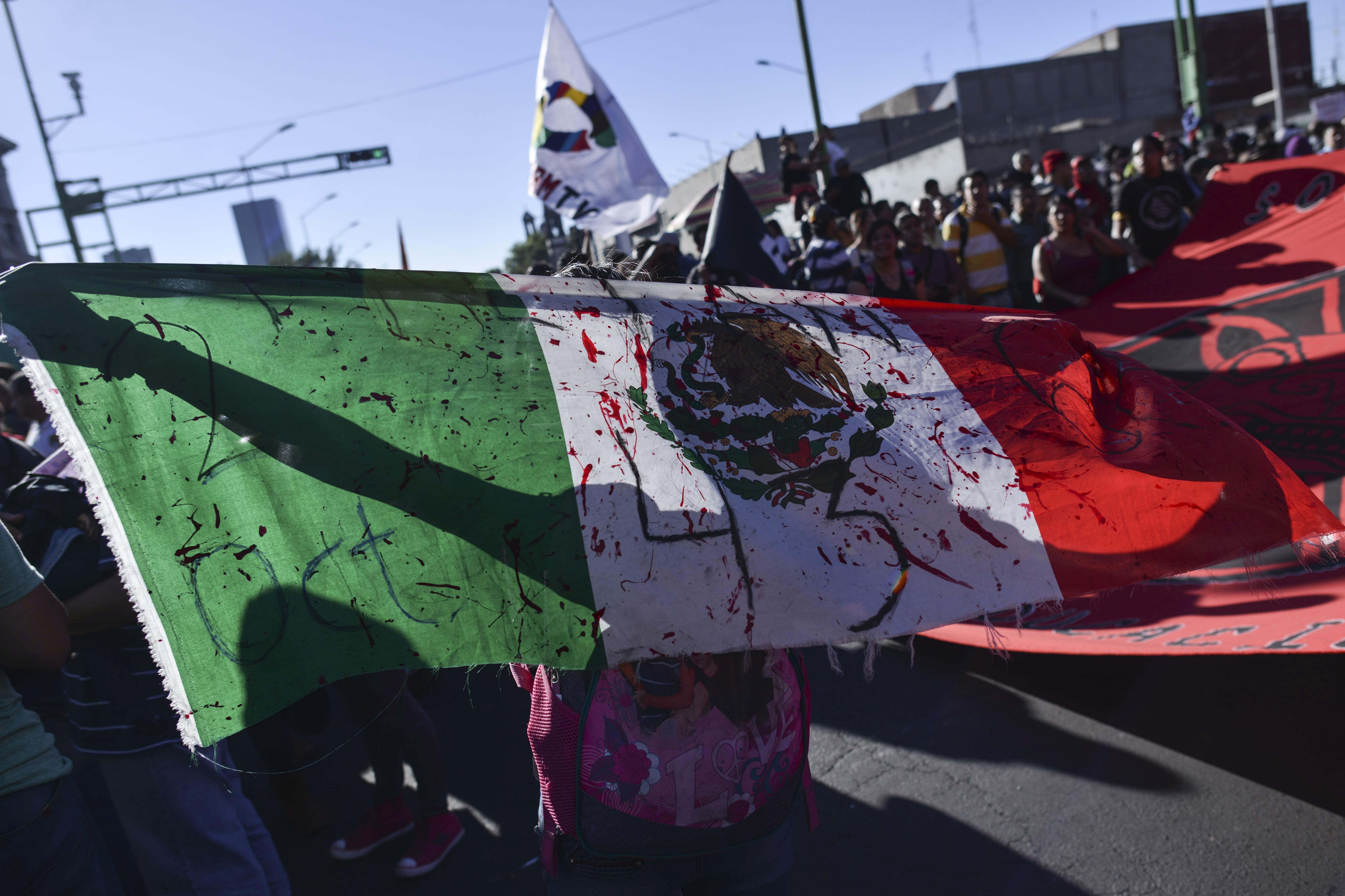MÉXICO, D.F., 02OCTUBRE2015.- En el 27 aniversario de la masacre estudiantil del 02 de octubre de 1968, ex líderes estudiantiles agrupados en el Comité del 68, los padres de los 43 normalistas desaparecidos de Ayotzinapa, organizaciones sociales y estudiantiles (UNAM, IPN, UAM, UACM, entre otras), realizaron una marcha de la Plaza de las Tres Culturas en Tlatelolco al Zócalo capitalino.  FOTO: ADOLFO VLADIMIR /CUARTOSCURO.COM