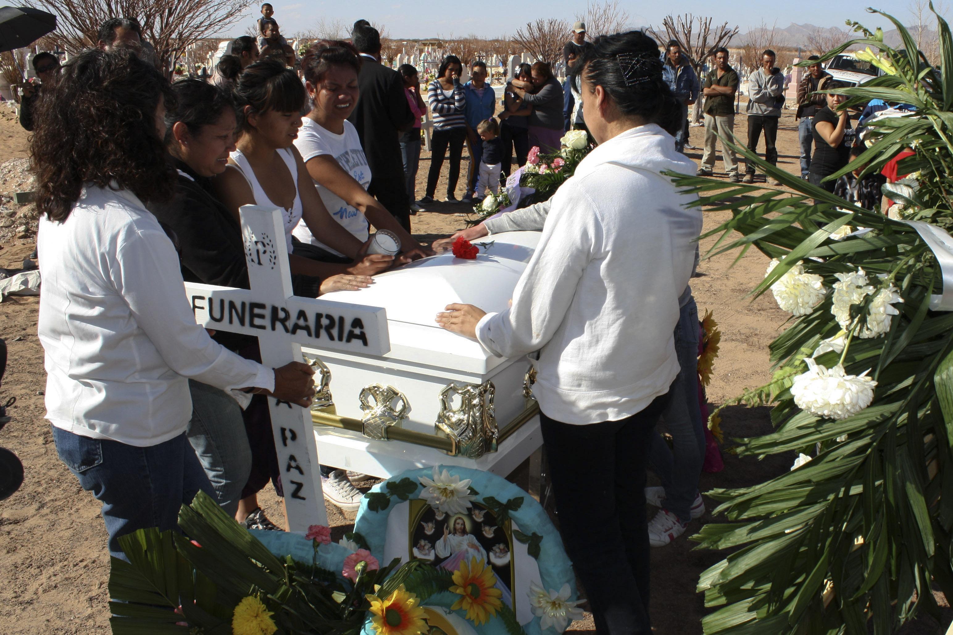 CIUDAD JUÁREZ, CHIHUAHUA, 27FEBRERO,2012.- Familiares y amigos cercanos dieron sepultura esta tarde a los restos de Andrea Guerrero Venzor, cuya osamenta localizaron a principios de mes en la sierra de San Agustín en el Valle de Juárez. El entierro se realizó en el panteón San Rafael, hasta donde el cortejo fúnebre llegó para dar el último adiós a Andrea quien tuviera ya 17 años. De acuerdo con las autoridades El reporte de desaparición de Andrea Guerrero Venzor fue interpuesto por sus familiares el 19 de agosto de 2010. El día 7 de febrero de este año tras rastreos en la Sierra de la Sierra de San Agustín, municipio de Praxedis G. Guerrero, se localizaron restos óseos de tres personas. FOTO: NACHO RUIZ /CUARTOSCURO.COM