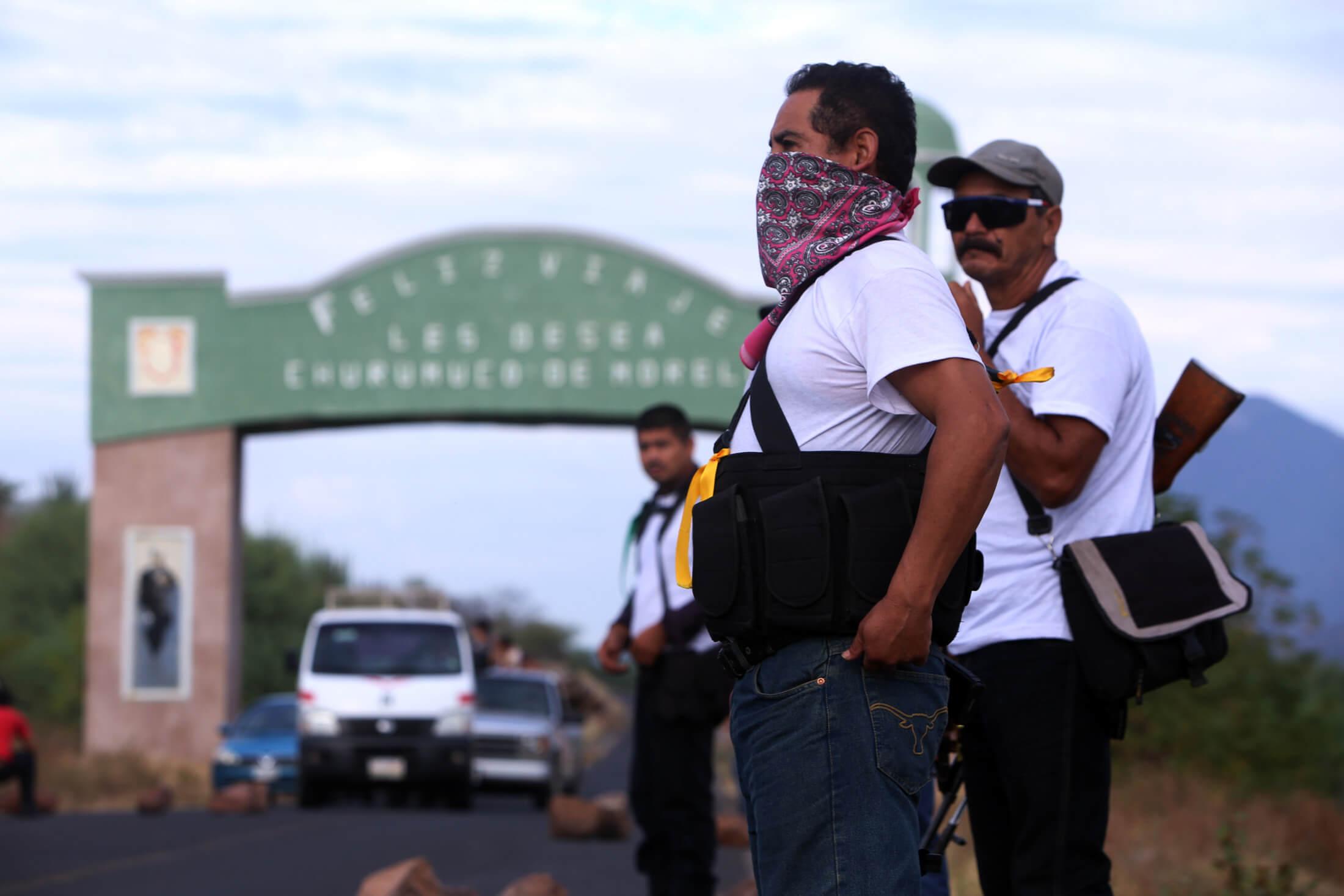 Los grupos de autodefensa en Michoacan tomaron hoy por la mañana el municipio de Churumuco en la Tierra Caliente, juntando 28 munucipios bajo su control. La caravana partió desde La Huacana sin nigun contratiempo.