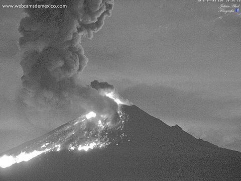 Explosión en el volcán Popocatépetl la noche de ayer. La más grande en tres años por la fuerza de la expulsión.