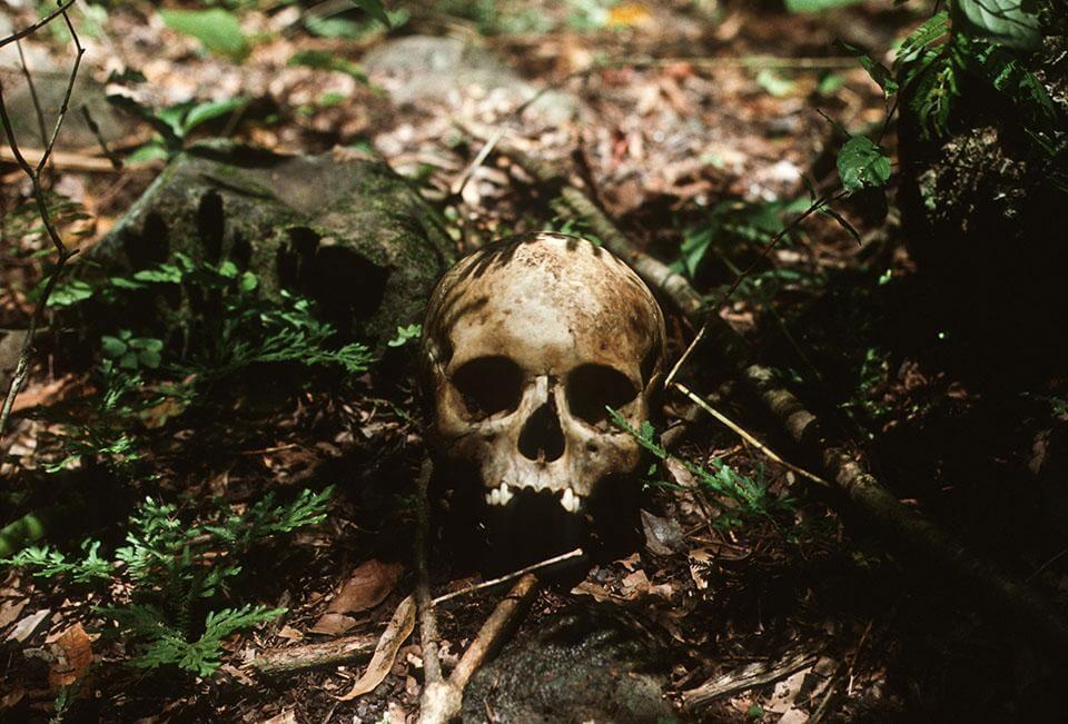 Esta foto de Giovanni Palazzo fue tomada en 1982, en el norte de Morazán. Los restos humanos son de posibles víctimas de la masacre de El Mozote, uno de los casos que puede ser juzgado tras la declaración de inconstitucionalidad de la Ley de Amnistía. foto: Giovanni Palazzo / El Faro.net