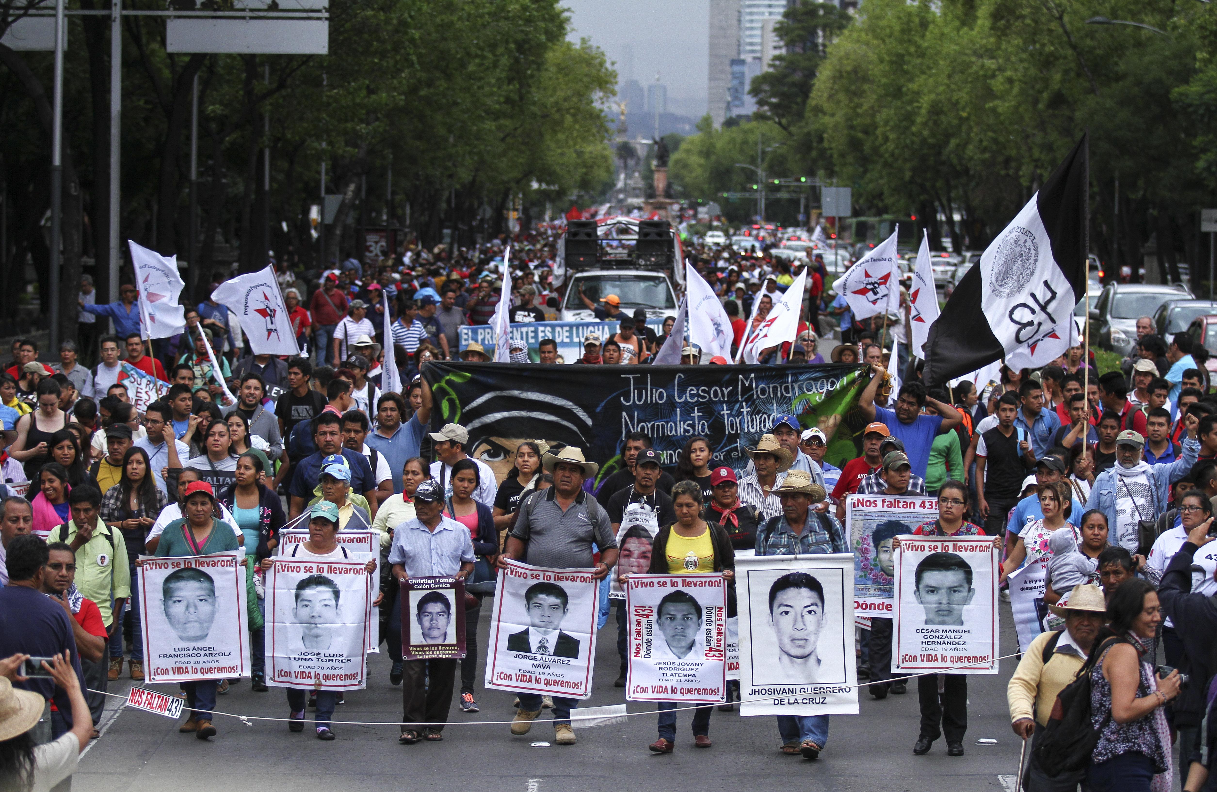 CIUDAD DE MÉXICO, 26JULIO2016.- Al cumplirse 22 meses del asesinato de 6 jóvenes y la desaparición de 43 estudiantes normalistas de Ayotzinapa, sus madres y padres realizaron una marcha de la Procuraduría General de la República PGR al antimonumento a los 43 por la exigencia de aparición con vida y el castigo a los responsables de aquella noche tragica en Iguala, Guerrero.   FOTO: ADOLFO VLADIMIR /CUARTOSCURO.COM