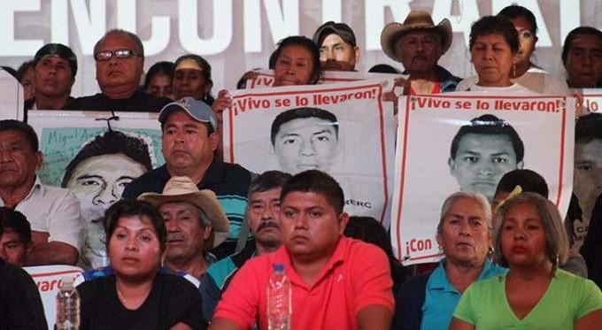 padres-normalistas-ayotzinapa-centro-prodh-2-lc1-680x448