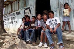 """Tecpan de Galeana, Guerrero.- Desde hace más de 30 años, de su creación la escuela primaria """"Benito Juarez"""", de la localidad de El Pusumiche (Paso de Villalba), situada en el municipio de Tecpan de Galeana, Guerrero; no ha sido rehabilitada por las autoridades de los tres niveles de gobierno. Los alumnos de esta escuela han sido objeto de picaduras de alacranes, serpientes. Foto/Edgar de Jesús Espinoza"""