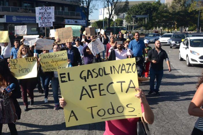 Protesta en contra del gasolizano en la glorieta de la Minerva y por avenidas de Guadalajara, en Jalisco.