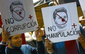 protestas-miembros-del-movimiento-yosoy132-con-pancartas-contra-enrique-pena-del-pri-1340825627959