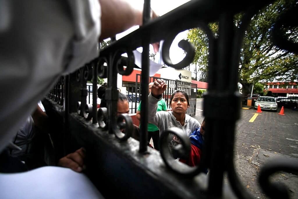6 Guatemala Maria-del-Carmen-Urias-Madre-de-Mayra-Chutan-victima-del-incendio-Hogar-Seguro-Virgen-de-la-Asuncion-en-la-espera-en-el-INACIF-8-min