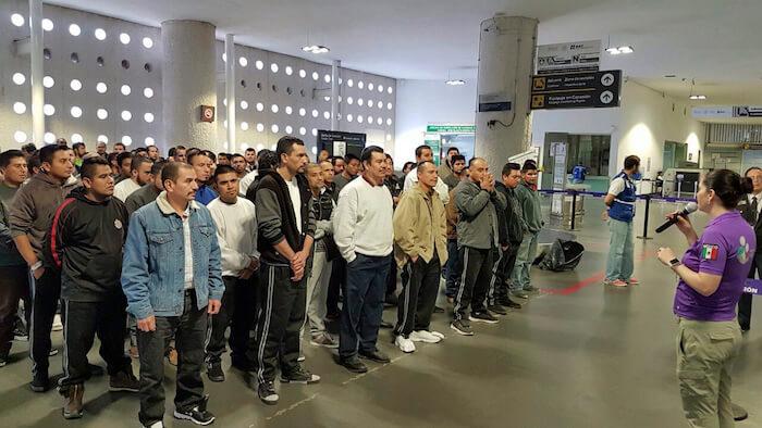 CIUDAD DE MÉXICO, 19ENERO2017.- El último vuelo con migrantes mexicanos deportados de Estados Unidos por la gestión del presidente Barack Obama llegó a la Ciudad de México. En el vuelo sin número viajaron 135 connacionales, parte de los más de 2.8 millones de migrantes que, según cifras oficiales, se han deportado en los ocho años que Obama ha gobernado y que mañana viernes concluyen. El vuelo, que llegó a las 11:00 horas a la Terminal 2 del Aeropuerto Internacional de la Ciudad de México, es parte del Procedimiento de Repatriación que el Instituto Nacional de Migración inició en 2013. La secretaria del Trabajo, Amalia García, acudió al aeropuerto a recibirlos y ofrecerles los servicios que ofrece su secretaría como el seguro de desempleo. FOTO: GABINO ACEVEDO /CUARTOSCURO.COM
