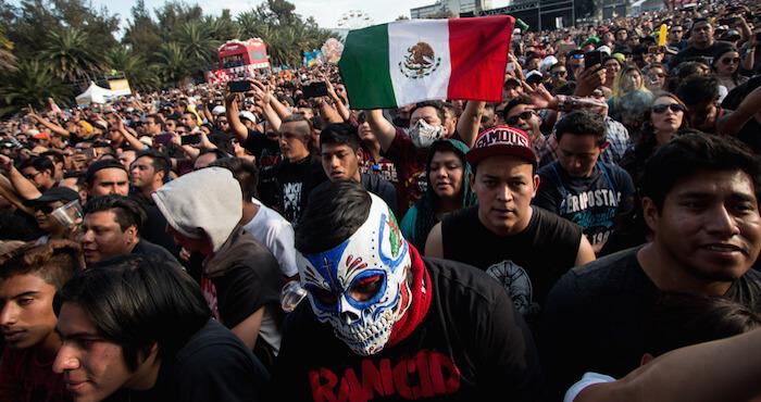 (170319) -- CIUDAD DE MEXICO, marzo 19, 2017 (Xinhua) -- Asistentes reaccionan durante el Festival Vive Latino 2017, en el Foro Sol, en la Ciudad de MÈxico, capital de MÈxico, el 19 de marzo de 2017. (Xinhua/Francisco CaÒedo) (fc) (rtg) (ah)