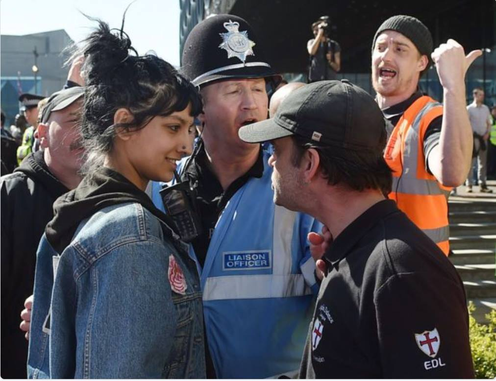 Saffiyah Khan enfrenta a un racista EDL en una protesta en Birmingham, Inglaterra 2017 / Fotógrafo: Joe Giddens