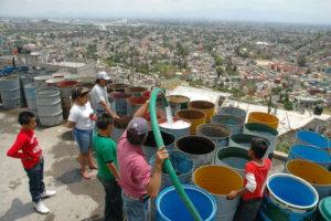 MƒXICO, D.F., 02ABRIL2010.- Los habitantes de Lomas de San Juan de Ixhuatepec la baja en el suministro de agua del sistema Cutzamala en esta temporada es mas dificil para ellos debido a que en esta colonia de la delegaci—n Gustavo A. Madero no tienen agua potable en las tuber'as y en estas fechas el suministro de pipas es mas escaso, los piperos llenan 4 tambos o menos por familia a la semana. Hace unos meses el delegado de esta demarcaci—n inauguro el suministro por la red de agua potable pero ningœn vecino de esta zona cuenta con este servicio. FOTO: RODOLFO ANGULO/CUARTOSCURO.COM