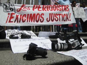 CHILPANCINGO, GUERRERO, 05JULIO2010.- Marcha que realizaron periodistas de los diversos medios de comunicacion por las principales calles y avenidas de la capital del estado, encabezados por Salomon Cruz Gallardo, secretario general de la delegacion XVII del Sindicato Nacional de Redactores de la Prensa (SNRP), para exigir a los autoridades de los tres niveles de gobierno el esclarecimiento de los asesinatos de los periodistas que se han dado a ultimas fechas en la entidad, asi mismo para exigir un alto al hostigamiento, amenazas y respeto al ejercicio periodistico.  FOTO: OSCAR ALVARADO/CUARTOSCURO.COM