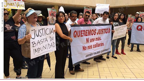 CULIACÁN, SINALOA, 07JUNIO2017.- Periodistas marcharon para exigir justicia para Javier Valdez Cardenas, periodista asesinado hace casi un mes muy cerca de su lugar de trabajo, el semanario Río Doce. Los comunicadores exigieron que no haya impunidad en este, ni en ningún otro caso de las decenas de asesinatos de periodistas que han ocurrido en este sexenio. FOTO: CUARTOSCURO.COM