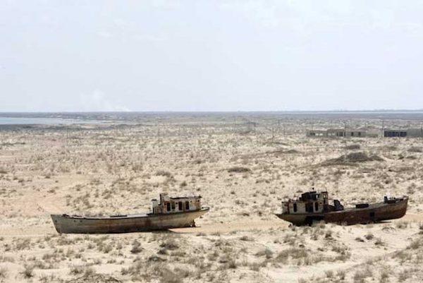 barcos-mar-aral-uzebkistan-ips-edebebe-unphoto