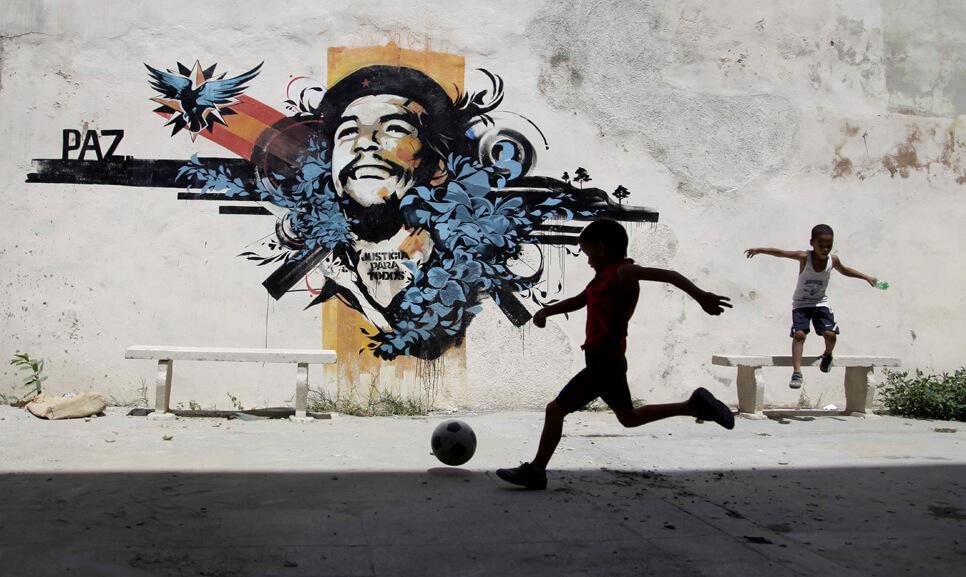 che mural con niños futbolistas