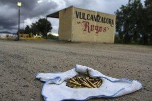 NOCHIXTLÁN, OAXACA, 21JUNIO2016.- Pobladores, padres de familia y maestros de la sección 22 de la Coordinadora Nacional de Trabajadores de la Educación, mantienen el bloqueo de la autopista federal México-Oaxaca, después de que tras el intenteno de desalojo por parte de la Policía Federal, en el que fallecieron 9 pobladores. Los pobladores reforzaron las barricadas y estuvieron mostrando a medios de comunicación los rastos de la batalla, casquillos percutidos y balas encontradas disparadas el día anterior por los elementos federales. FOTO: ADOLFO VLADIMIR /CUARTOSCURO.COM