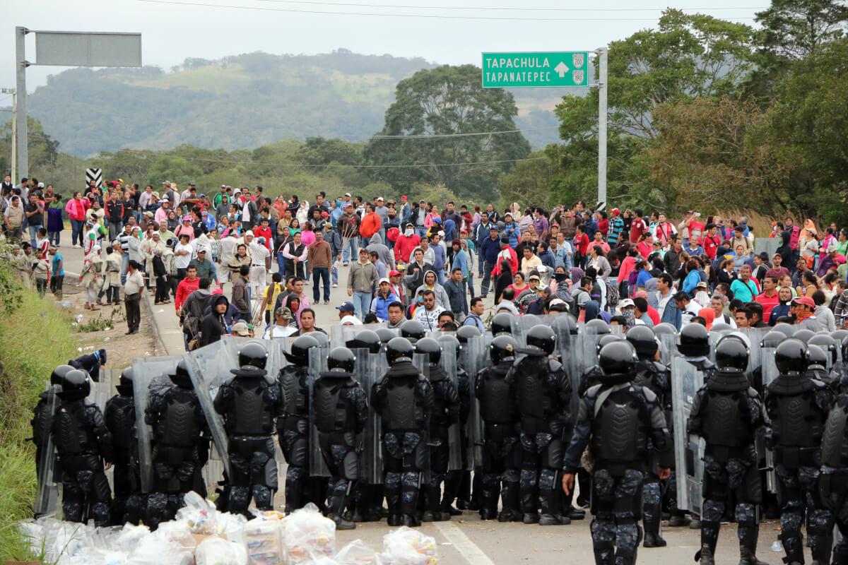 Chiapas enfrentamiento maestros-2.jpg TUXTLA GUTIÉRREZ, CHIAPAS, 08DICIEMBRE2015.- Un enfrentamiento entre maestros de la CNTE y Policías Federales se realizó en un tramo carretero de la autopista Ocozocoautla-Tuxtla Gutíérrez, el saldo del enfrentamiento un presunto maestro David Gemayel Ruiz Astudillo y seis detenidos, los mentores protestaron por la aplicación de la evaluación magisterial de la SEP. FOTO: JACOB GARCÍA /CUARTOSCURO.COM