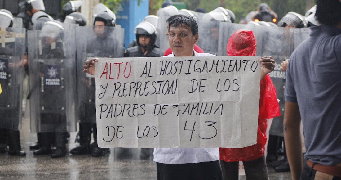 CANCÚN, QUINTANA ROO, 19JUNIO2017.- Normalistas de la Escuela Rural de Ayotzinapa protestaron en las afueras del Hotel Moon Palace, sede del XLVII Periodo Ordinario de Sesiones de la Asamblea General de la Organización de los Estados Americanos (OEA). FOTO: ELIZABETH RUIZ /CUARTOSCURO.COM