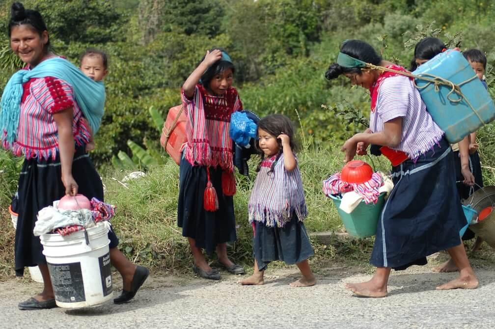 SAN JUAN CHAMULA, CHIAPAS 30DICIEMBRE2005.- Mujeres chamulas asisten a realizar sus diversas actividadesc otidianas que incluyen lavar la ropa en el rio. FOTO: Elizabeth Ruiz/CUARTOSCURO.COM