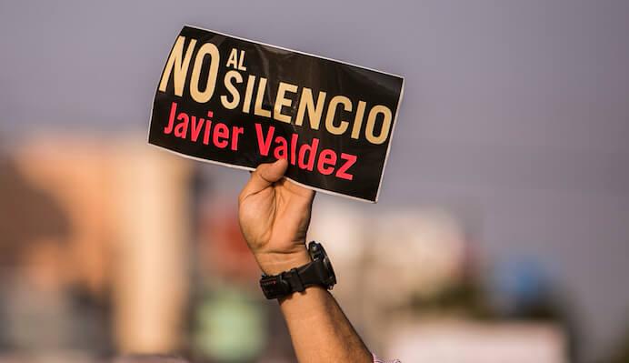 CULIACAN, SINALOA, 15JUNIO2017.- A un mes del asesinato del periodista Javier Valdez, amigos, familiares, colegas y la sociedad en general marcharon de la catedral al palacio de gobierno del Estado para exigir justicia. FOTO: RASHIDE FRIAS /CUARTOSCURO