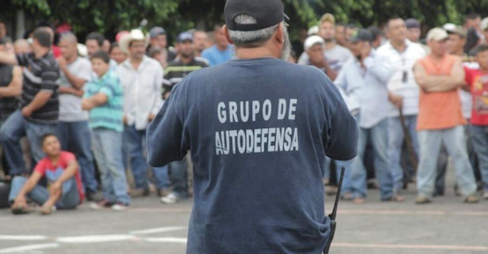 """PAREO TANCITARO, MICHOACÁN. 17NOVIEMBE2013.- Grupos de autodefensa continuaron el día de ayer con la toma de espacios territoriales en Michoacán, al ocupar la alcaldía de Tancítaro, durante una jornada de tiroteos que dejó dos muertos y tres heridos, la quema de dos automotores y la captura de diez policías municipales. Mediante un comunicado de prensa, el Gobierno de Michoacán identificó a los hombres armados que se movilizaron como """"grupos de autodefensa de Buenavista y Tepalcatepec"""", aunque fuentes castrenses revelaron que en realidad se trata del surgimiento de un nuevo movimiento de esa índole.  FOTO: JUAN JOSÉ ESTRADA SERAFÍN /CUARTOSCURO.COM"""