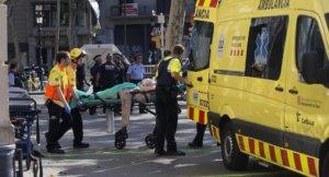 GRA187. BARCELONA, 17/08/2017.- Los servicios de emergencia trasladan a una de las personas afectadas por el atropello masivo de una furgoneta esta tarde por las Ramblas de Barcelona. Los Mossos d'Esquadra y los equipos de emergencias sanitarias han desplegado un amplio dispositivo en esta zona, en el centro turístico de la capital catalana, frecuentada a diario por miles de turistas, que ha quedado acordonada. EFE/Quique García