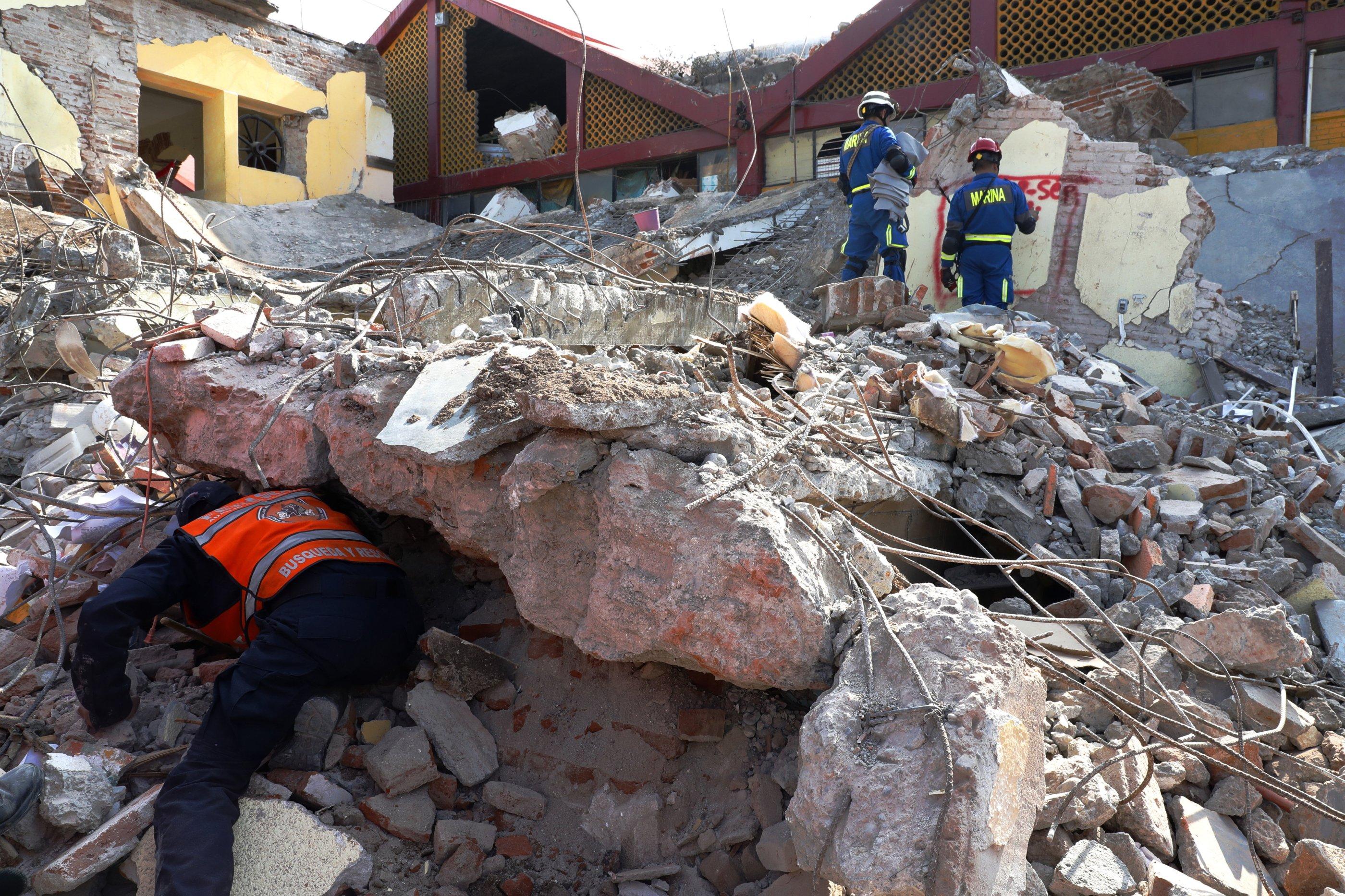 MEX03. JUCHITÁN (MÉXICO), 09/09/2017.- Rescatistas, soldados del Ejército y de la Marina continúan con los trabajos de búsqueda de personas entre los escombros hoy, sábado 9 de septiembre de 2017, en el municipio de Juchitán, Oaxaca (México), uno de los lugares más afectados por el terremoto de magnitud 8,2 en la escala de Richter, el de mayor magnitud sufrido por este país desde 1932, que ha dejado al menos 61 muertos, más de 250 heridos entre los estados de Oaxaca, Chiapas y Tabasco. EFE/Jorge Núñez