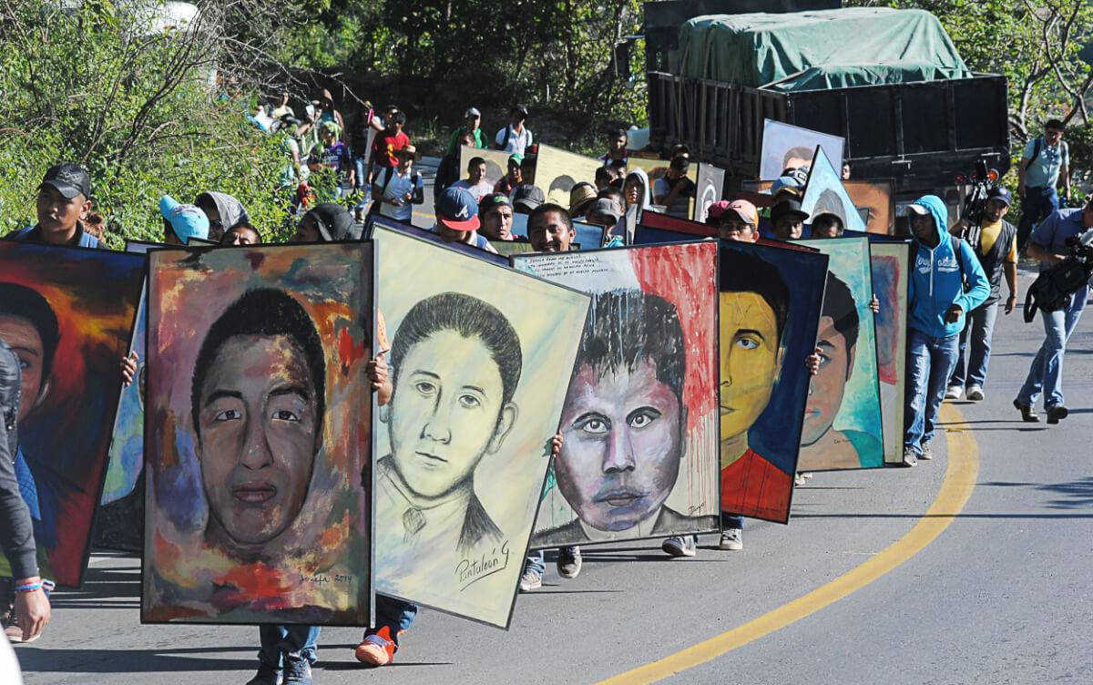 TIXTLA, GUERERRO, 24SEPTIMEBRE2015.-   Normalistas de Ayotzinapa, marcharon del plantel Raúl Isidro Brugos a Chilpancingo. Al llegar al congreso realizarón un mitin y colocaron pinturas de los 43 estudiantes desaparecidos, despues de que durantes 4 días policías del estado les impedieron el paso, en esta ocasión  pasaron en marcha sin ningún contra tiempo. FOTO: JOSÉ I. HERNÁNDEZ /CUARTOSCURO.COM