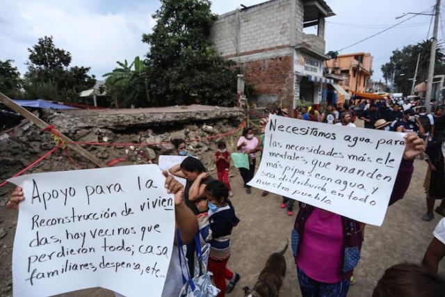 CIUDAD DE MÉXICO, 27SEPTIEMBRE2017.- Entre las calles México, Vicente Gerrero e Insurgentes, se puede observar las condiciones de destrucción del pasado sismo. Familias y pobladores de San Gregorio de la delegación Xochimilco, se encuentran viviendo con familiares y en campamentos mientras esperan a que las autoridades evaluen los daños y plantean tiempos de recuperación. Brigadas de voluntarios y elementos de la marina han apoyado con viveres y trabajos, pero los vecinos comentaron el olvido por parte de las autoridades delegacionales y de la ciudad de México, quienes por su ausencia. La mayor necesidad de los pobladores es el agua potable, que desde el día del temblor es escasa, a pesar de ser probedores de uno de los mantos acuiferos más importantes de abastecimieno de la ciudad. FOTO: ADOLFO VLADIMIR /CUARTOSCURO.COM
