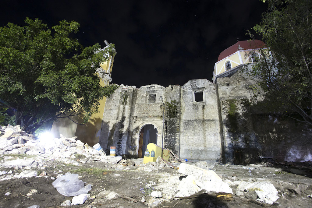 MEX81. ATZALA (MÉXICO), 20/09/2017.- Vista general de la iglesia de Santiago Apóstol en la población de Atzala, en el estado de Puebla (México) hoy, miércoles 20 de septiembre de 2017, donde 11 personas murieron cuando se oficiaba un bautizo en el momento del sismo de magnitud 7,1 en la escala de Richter, que sacudió fuertemente a México este martes 19 de septiembre, justo cuanto se cumplían 32 años del poderoso terremoto que provocó miles de muertes en 1985. La cifra de muertos a causa del terremoto ascendió a 224, informó hoy en secretario de Gobernación, Miguel Ángel Osorio. EFE/Francisco Guasco