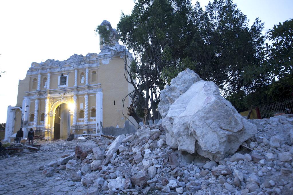 MEX82. ATZALA (MÉXICO), 20/09/2017.- Vista general de la iglesia de Santiago Apóstol en la población de Atzala, en el estado de Puebla (México) hoy, miércoles 20 de septiembre de 2017, donde 11 personas murieron cuando se oficiaba un bautizo en el momento del sismo de magnitud 7,1 en la escala de Richter, que sacudió fuertemente a México este martes 19 de septiembre, justo cuanto se cumplían 32 años del poderoso terremoto que provocó miles de muertes en 1985. La cifra de muertos a causa del terremoto ascendió a 224, informó hoy en secretario de Gobernación, Miguel Ángel Osorio. EFE/Francisco Guasco